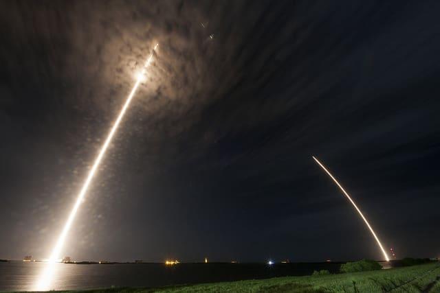 Eine Rakete bei Start und Landung